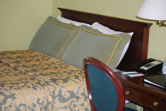 King George Hotel: One of the two beds