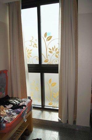 """Arabian Park Hotel: Die """"Aussicht"""" alle Scheiben voll verklebt. Nur die Fenster nach vorn nicht."""