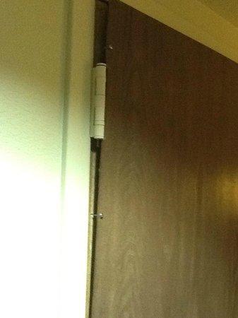 Hampton Inn Phoenix/Scottsdale at Shea Blvd: How about a new door?!