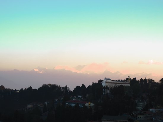 Dekeling Hotel: sunrise over Kanchenjunga - view from hotel room