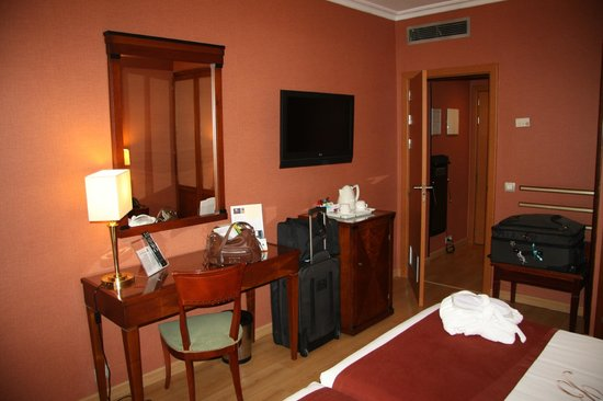 Hotel Becquer: Another View of a 'Standard' Room