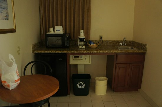 Travelodge Santa Monica: このスペースでご飯食べたので、においがベッドルームに行かずよかったです