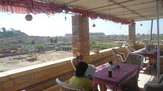 Desert Moon Guesthouse: Roof Top Restaurent with amazing view