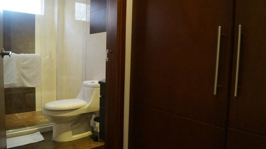Hotel Santa Cruz Corferias: baño comodo