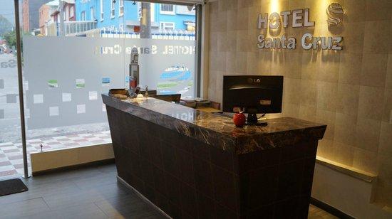 Hotel Santa Cruz Corferias: recepcion calida
