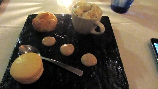 La Mouette Restaurant: Dessert - with wonderful salted caramel filled macaroons