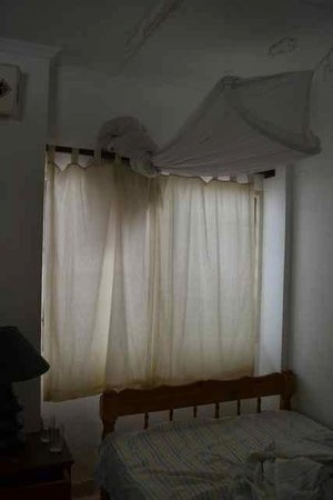 Watano Beach Houses: Dirty mosquito nets, curtains