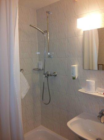 Hotel de la Nouvelle Couronne: Shower curtain not very effective