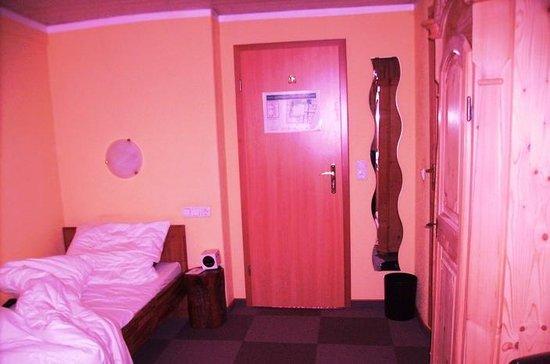 Hotel Wilder Mann: Nachttisch und Ganzkörperspiegel