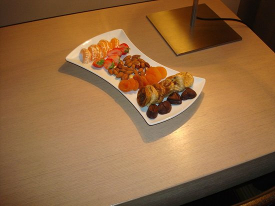 Hotel Sotelia: Fruit tray upon arrival