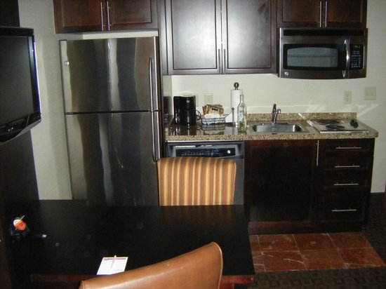 Hawthorn Suites by Wyndham West Palm Beach: Kitchen
