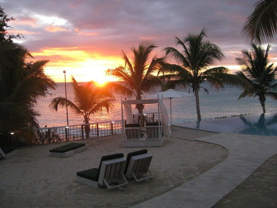 Cocobay Resort: sunset from the pool