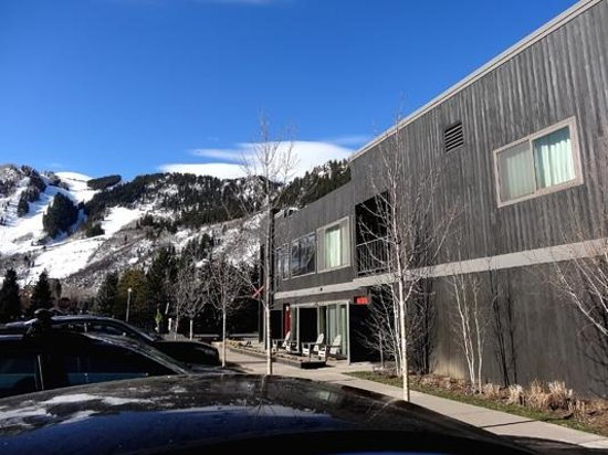 Hotel Aspen: Outside looking towards ski slopes