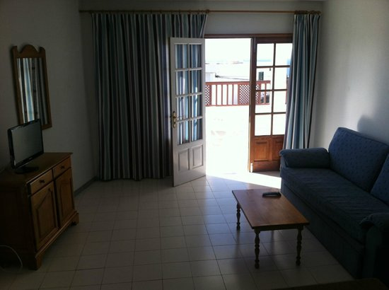 Vista Mar Apartments: Living room/door to balcony