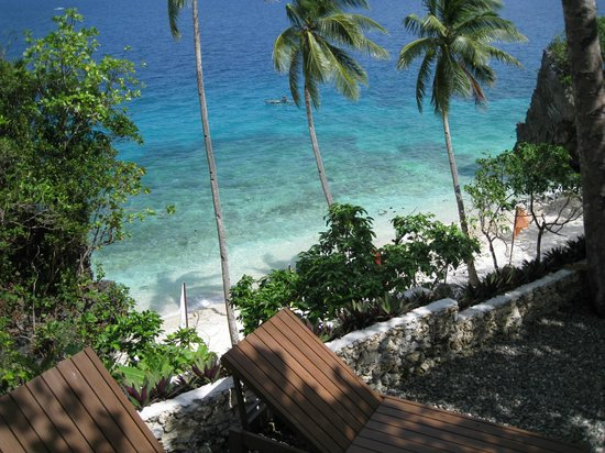 Padre Burgos Castle Resort: View from the pool to the private beach