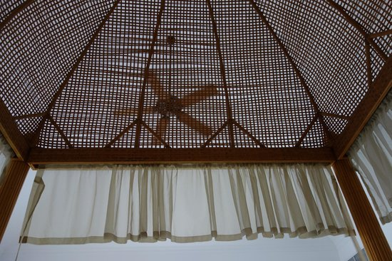 Tortuga Bay Hotel Puntacana Resort & Club: Rattan decor, ceiling fan + strong a/c