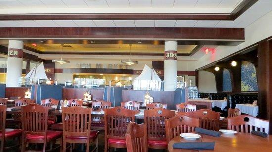 Mitchell's Fish Market - Jacksonville: Dining area