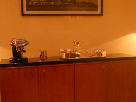 Belmond Copacabana Palace: Business center with coffee and water