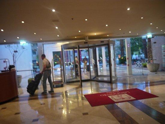 """Leonardo Plaza Hotel Eilat: Входная дверь, по субботам у нее """"шаббат"""" )"""