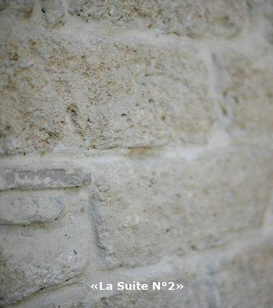 Chambre d'Autres et Suite du Merle Blanc: La Suite N°2 mur en pierre de Castrie