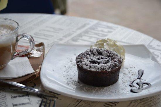 Cafe Con Libros: Delicious Chocolate Cake