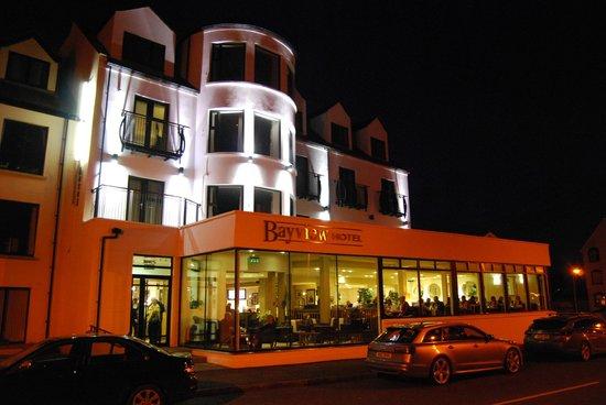 Bayview Hotel: Hotel at night
