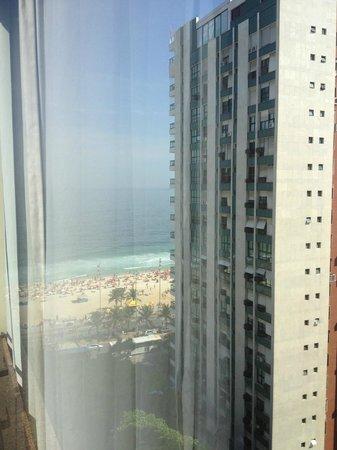 Golden Tulip Ipanema Plaza: Vista da praia de Ipanema desde o apartamento