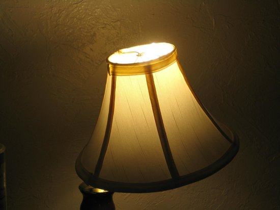Island Breeze Inn: lamp(s)