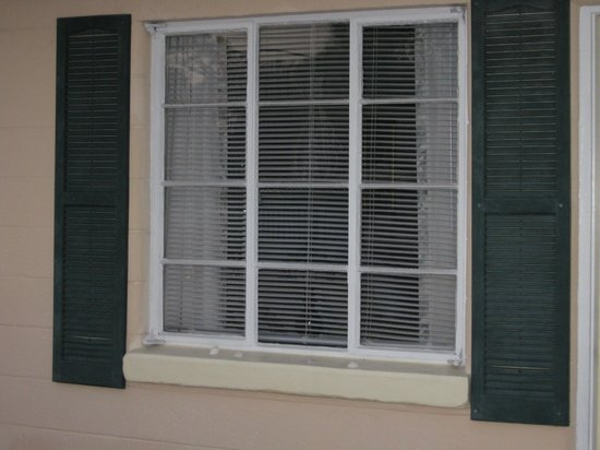 Island Breeze Inn : blinds that don't work