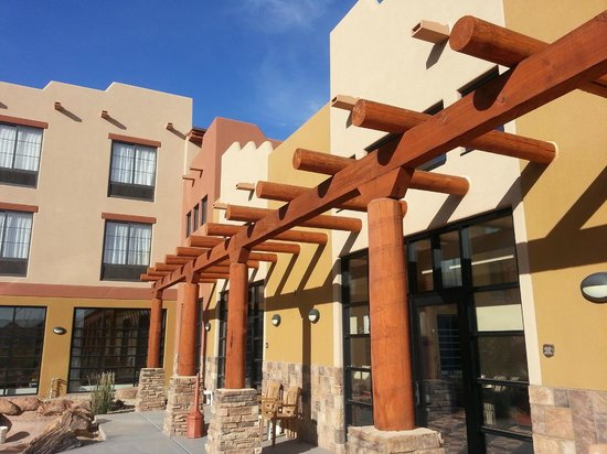 Moenkopi Legacy Inn & Suites: esterno visto dalla piscina