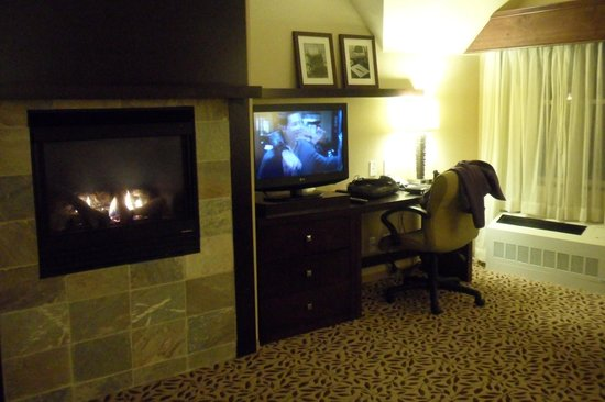 Courtyard by Marriott Lake Placid: Gas Fireplace in living area