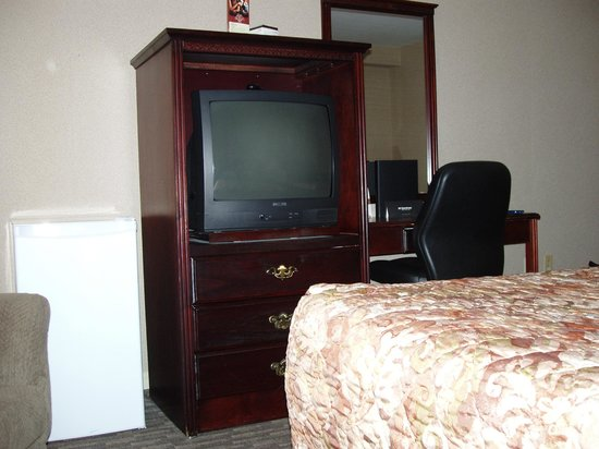 Sandman Hotel Saskatoon : minifridge, TV, desk