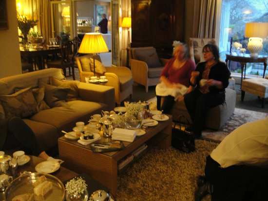 Gilpin Hotel & Lake House: The beautiful lounge with with Afternoon Tea