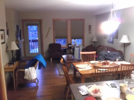 The Lodges at Canmore: Comfortable living room
