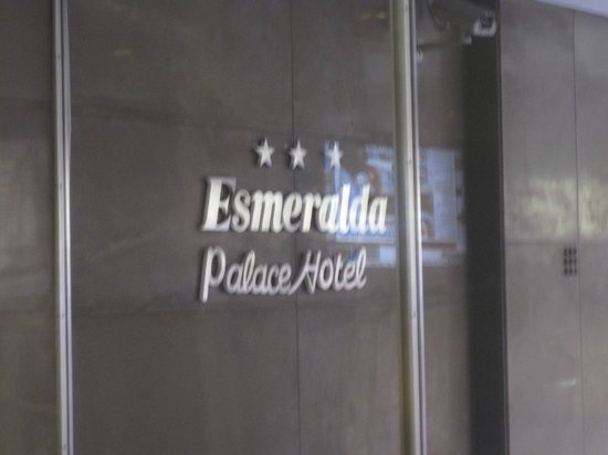 Esmeralda Palace Hotel: The sign on the front of the hotel.