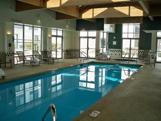 Courtyard Nashua: Nice Pool and Hot Tub