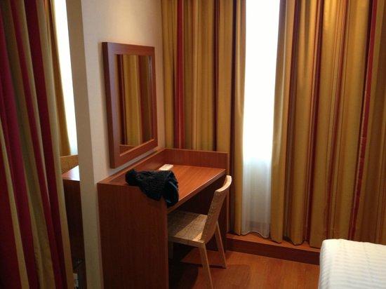 Star Inn Hotel München Schwabing, by Comfort: Star Inn scrivania della camera da letto