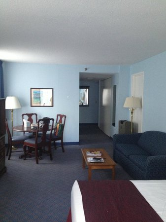 New York Presbyterian Guest Facility: Room 1124 dining area