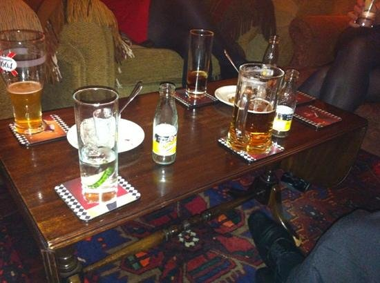 Archiestown Hotel and Bistro: pre dinner drinks round the fire