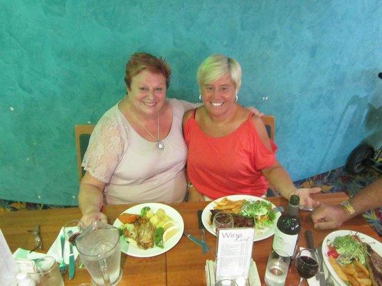 Tweed Heads Bowls club : Having dinner