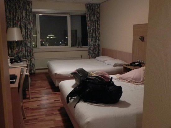 NH Noordwijk Conference Centre Leeuwenhorst: Standard room with two queen beds.