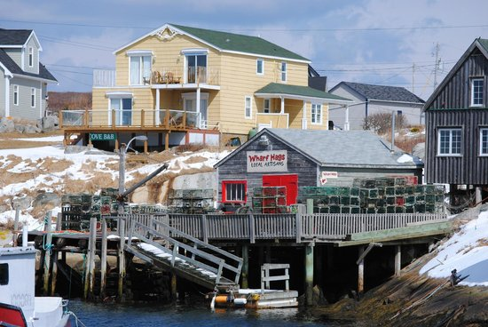 Peggy's Cove Bed & Breakfast: Across the cove looking at the B&B