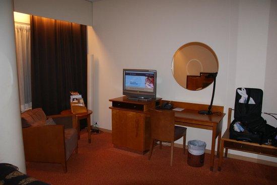 Original Sokos Hotel Hamburger Bors: The desk in the room.