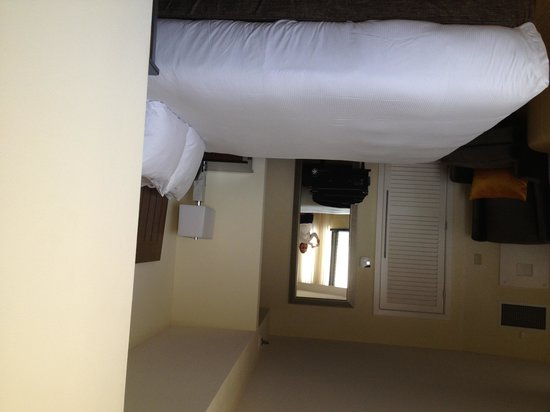 Hilton Miami Airport: Bedroom in mini suite. The whole suite had a bank of rounded floor to ceiling windows!