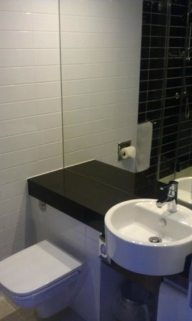 Holiday Inn Express Harlow: Bathroom (shower only)