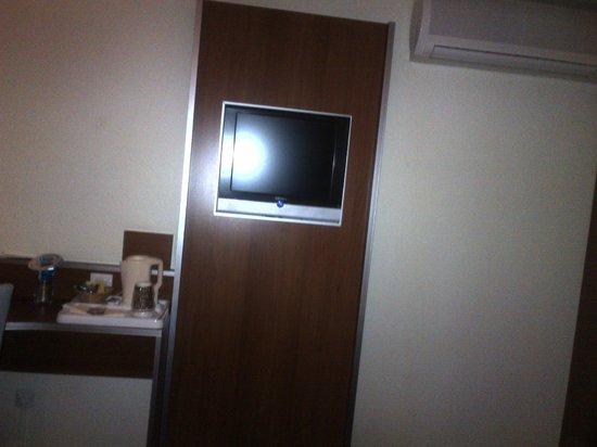 Kyriad Lyon - Aéroport Saint Exupéry : TV of 36cm maximum (doesn't work)