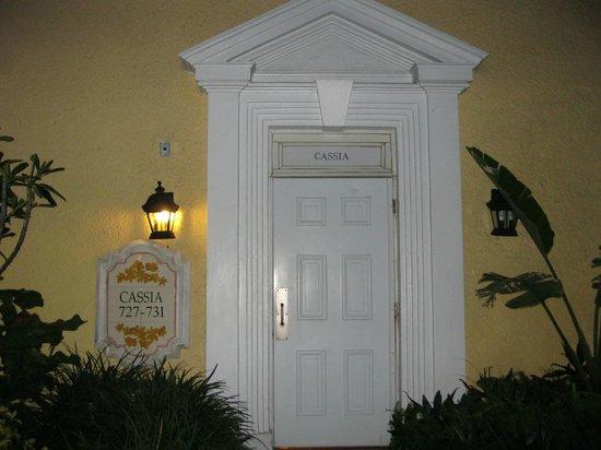 Sandals Royal Bahamian Spa Resort & Offshore Island : Notre chambre près de la route principale
