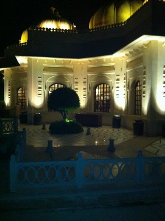 The Oberoi Udaivilas: Dining here at night