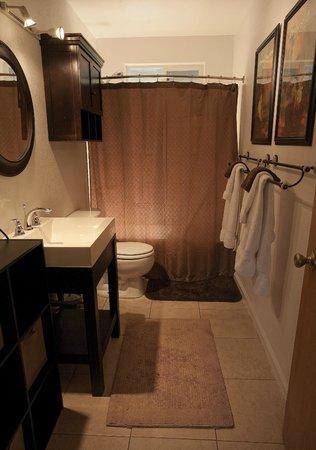 5th Street Ohana: Sir Spencer bathroom
