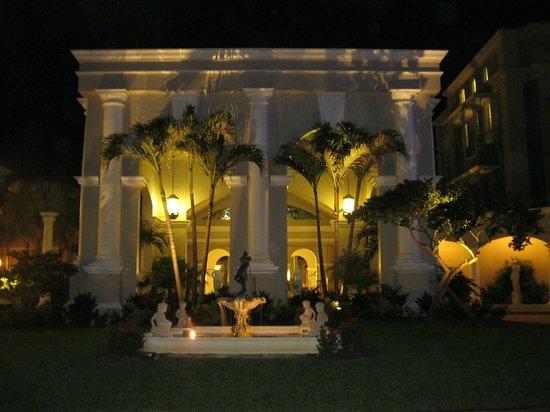 Sandals Royal Bahamian Spa Resort & Offshore Island: Près de l'entrée principale